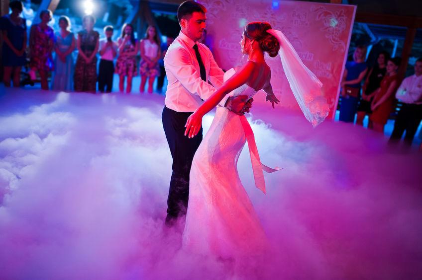 Ouverture de bal d'un mariage avec fumée lourde