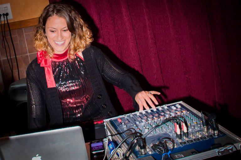 DJ qui mix lors d'un mariage